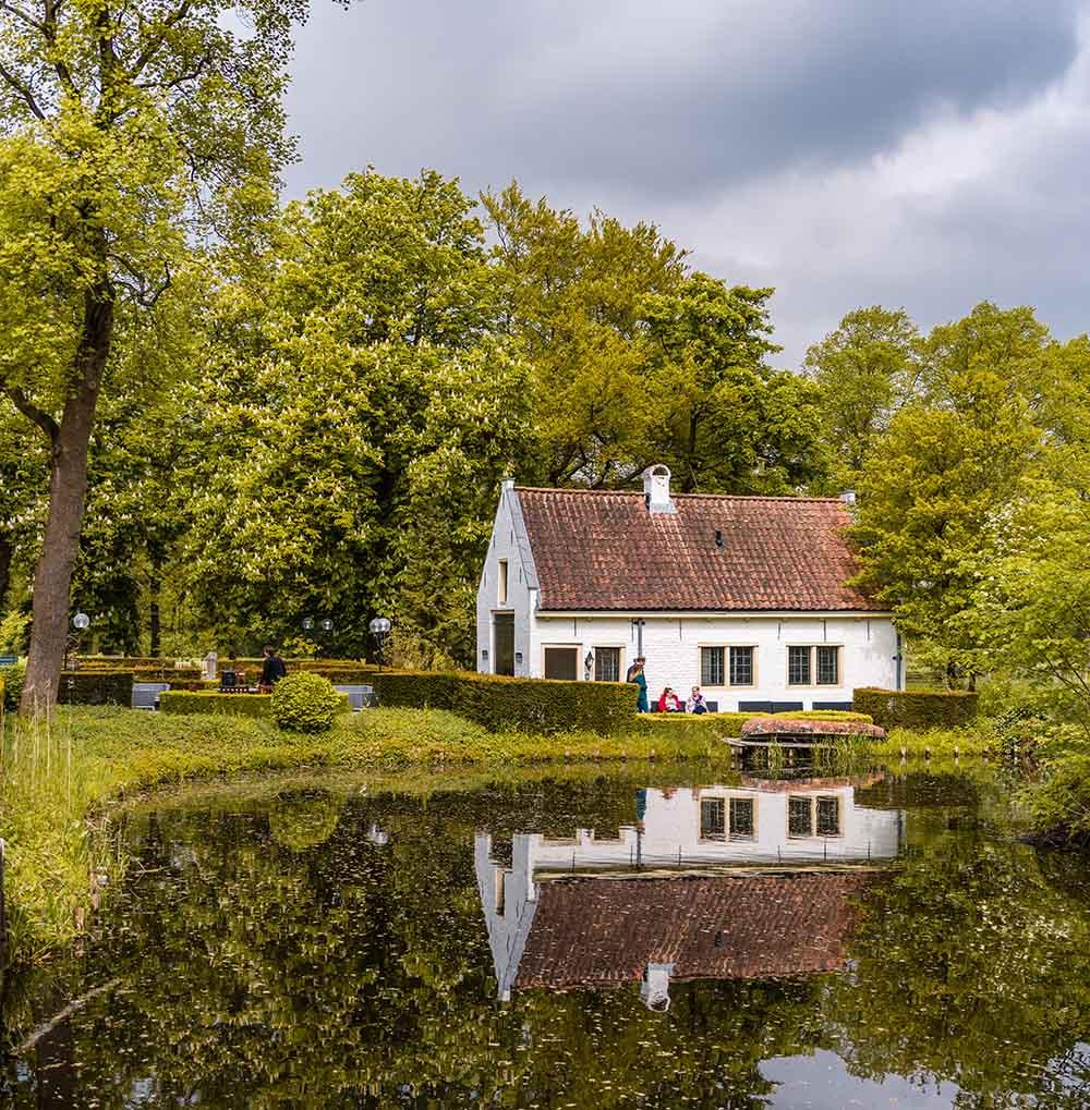 Evelien Uitvaartverzorging - Zijaanzicht huis aan water